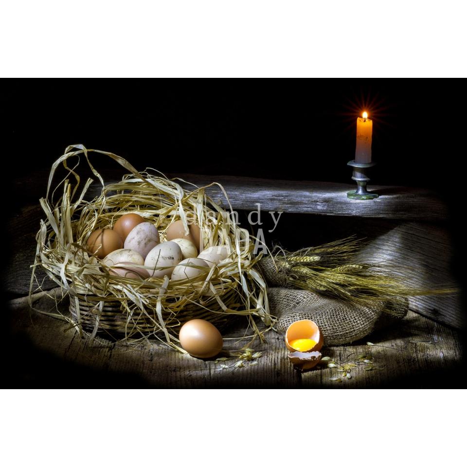 Cesto di uova con spighe di grano